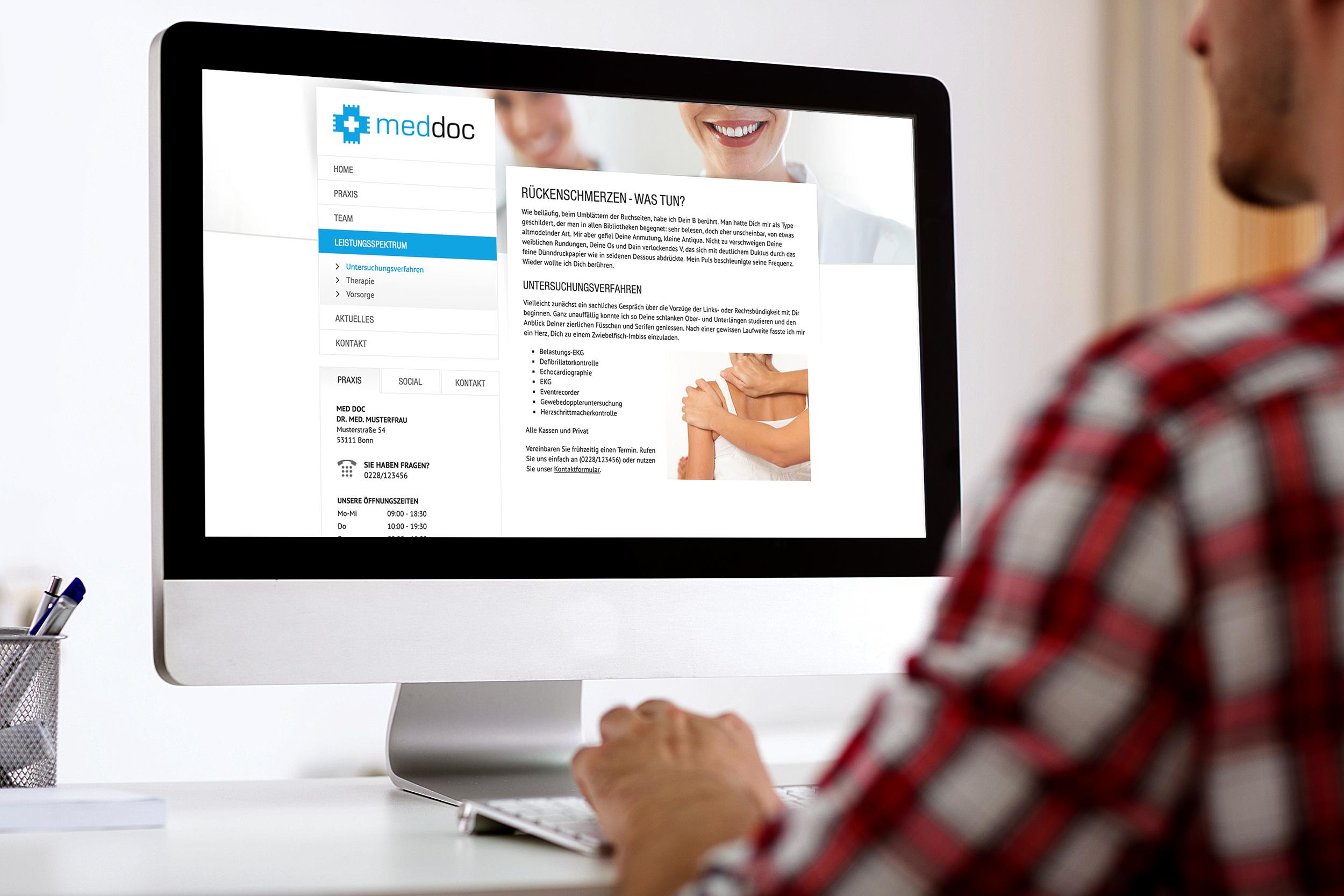 Patient sucht nach Informationen im Internet