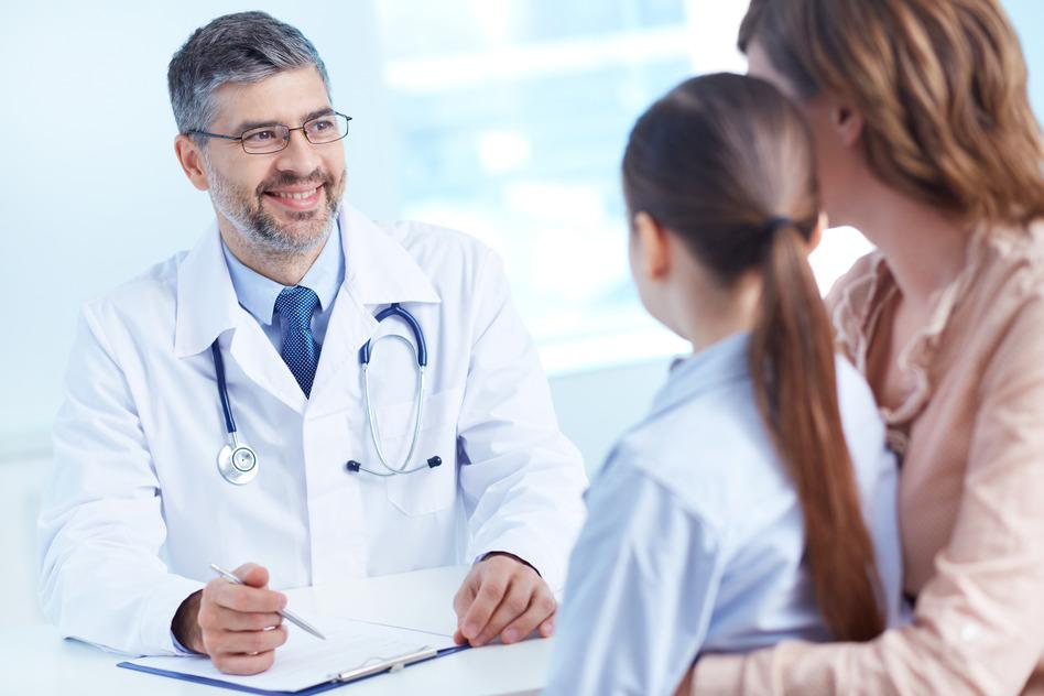 Freundlicher Arzt beim Patientengespräch