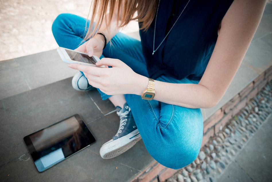 Frau surft mit Smartphone auf Google